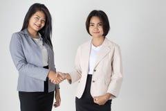 Dwa azjatykciej Biznesowej kobiety Trząść ręki Obrazy Royalty Free