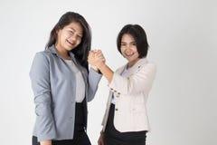Dwa azjatykciej Biznesowej kobiety Trząść ręki Zdjęcia Royalty Free