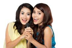 Dwa azjatykciej dziewczyny śpiewa wpólnie Obraz Stock