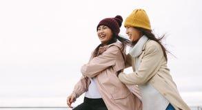 Dwa azjatykciej kobiety w zimy odzieżowej pozycji wpólnie outdoors obrazy stock