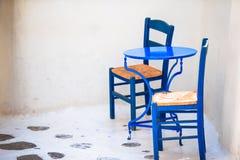 Dwa błękitnego krzesła na ulicie typowa grecka tradycyjna wioska na Mykonos wyspie, Grecja, Europa Zdjęcie Stock