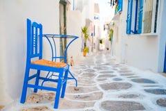 Dwa błękitnego krzesła na ulicie typowa grecka tradycyjna wioska na Mykonos wyspie, Grecja, Europa Obraz Stock