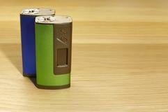 Dwa błękitny i zieleni boxmod przyrząda dla vaping elektronicznego papieros na drewnianym powierzchni zakończeniu up zdjęcia royalty free