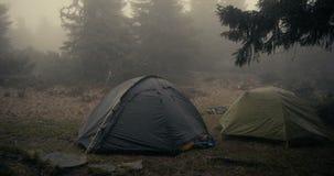 Dwa bańczastego namiotu pod spada mokrym śniegiem w Carpathians w jesieni zdjęcia stock