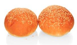 Dwa babeczki z sezamową kanapką odizolowywającą na bielu obrazy royalty free