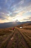 Dwa backpackers spadają na śladzie w górach zdjęcie royalty free