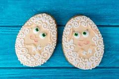 Dwa baranka Wielkanocny ciastko na błękitnym drewnianym tle zdjęcia stock