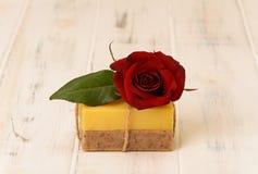 Dwa baru mydło i róża Fotografia Royalty Free