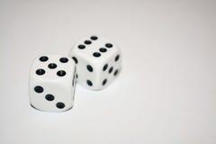 Dwa białego kostka do gry odizolowywającego na bielu Fotografia Royalty Free