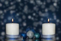 Dwa białej świeczki z błękitnym faborkiem zdjęcie stock