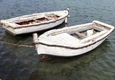 Dwa białej starej łodzi po środku wody Zdjęcia Royalty Free