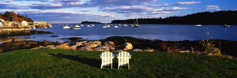 Dwa biały krzesła ogrodowego Obrazy Royalty Free