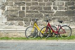 Dwa bicyklu, jeden czerwień i jeden kolor żółty, Obrazy Royalty Free