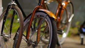 Dwa bicyklu Parkującego Obok Each Inny zbiory wideo