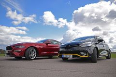 Dwa bieżnego samochodu outside zdjęcia royalty free