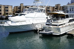 Dwa biel jacht przy molem Obrazy Royalty Free