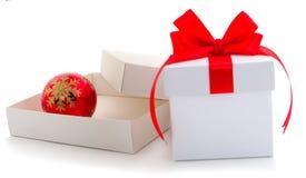 Dwa biel prezenta pudełko z czerwonym faborkiem i zabawką zdjęcia stock