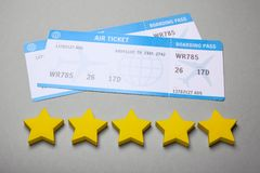 Dwa bileta dla samolotu na szarość Pięć gwiazd linii lotniczej ocena Obraz Royalty Free