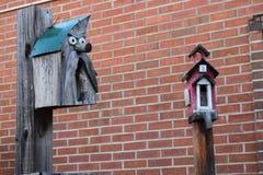 Dwa birdhouses z ściana z cegieł tłem Zdjęcia Royalty Free