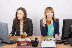 Dwa biurowa dziewczyna pracuje przy komputerami w rękach herbata Obraz Stock