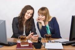 Dwa biurowej dziewczyny dyskutują sprawy osobiste i pić przy twój biurkiem herbata Obrazy Stock