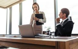 Dwa biznesów fachowy działanie wpólnie w biurze Fotografia Stock