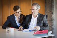 Dwa biznesów osoba Pracuje Przy biurem Na Podniecającym projekcie Zdjęcia Royalty Free