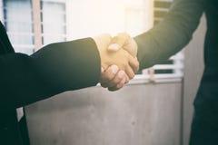 Dwa biznesów uścisk dłoni ich zgoda podpisywać kontraktacyjnego, miękka część fo Obraz Royalty Free