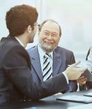 Dwa biznes drużynowej pracy z pieniężnymi dokumentami w biurze Obrazy Stock