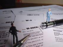Dwa biznesmenów dyskusja o usa podatku formie, w-8ben, świadectwo cudzoziemski status korzystny właściciel dla zlanego stanu poda obrazy royalty free