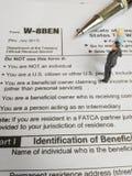 Dwa biznesmenów dyskusja o usa podatku formie, w-8ben, świadectwo cudzoziemski status korzystny właściciel dla zlanego stanu poda zdjęcie stock