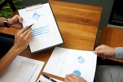 Dwa biznesmenów działania use komputer i analiza papier obraz stock