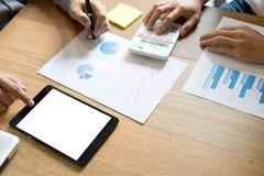 Dwa biznesmenów działania use komputer i analiza papierowy wykres dalej zdjęcie stock