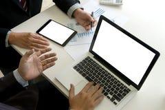 Dwa biznesmenów działania use komputer i analiza papierowy wykres dalej obraz stock