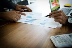 Dwa biznesmenów działania use komputer i analiza papierowy wykres mo obraz royalty free