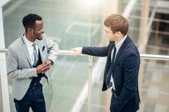 Dwa biznesmenów multiracial dyskusja w nowożytnej sala zdjęcia stock