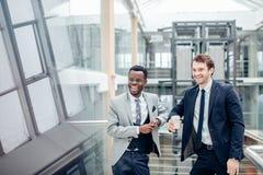 Dwa biznesmenów multiracial dyskusja w nowożytnej sala zdjęcie royalty free