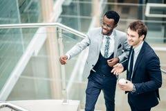 Dwa biznesmenów multiracial dyskusja w nowożytnej sala obraz royalty free
