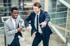 Dwa biznesmenów multiracial dyskusja w nowożytnej sala zdjęcie stock