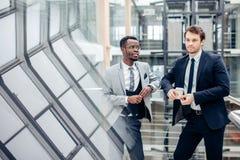 Dwa biznesmenów multiracial dyskusja w nowożytnej sala fotografia royalty free