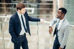 Dwa biznesmenów multiracial dyskusja w nowożytnej sala obraz stock