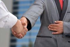 Dwa biznesmenów ręki chwiania gest Fotografia Stock