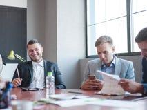 Dwa biznesmenów spojrzenie przy papier pracą w drużynie Fotografia Royalty Free