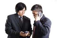 Dwa biznesmenów spotkanie i używać telefon komórkowy Obraz Stock