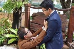 Dwa biznesmen walczy przy jawnym parkiem Biznesowy konfliktu pojęcie obrazy royalty free