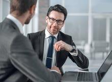 Dwa biznesmena dyskutuje informację od laptopu obraz stock