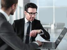 Dwa biznesmena dyskutuje informację od laptopu obrazy stock