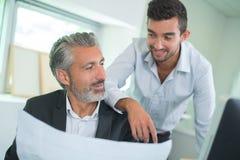 Dwa biznesmena jako kolega dyskutuje dokument plenerowego zdjęcia stock