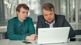 Dwa biznesmena Pracuje Przy biurkiem Wpólnie zbiory wideo