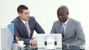 Dwa biznesmena pracuje w biurze wpólnie zbiory